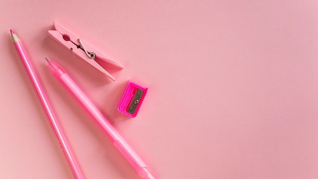 Composizione di strumenti rosa scuola di cancelleria