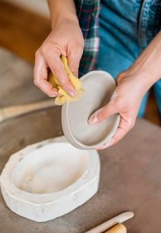 Composizione di elementi in ceramica in officina