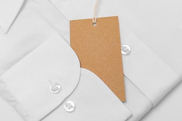 Composizione dell'etichetta di imballaggio riciclabile sulla camicia bianca