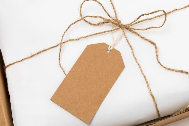 Composizione dell'etichetta riciclabile sulla confezione bianca