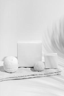 Composizione di elementi spa su sfondo bianco
