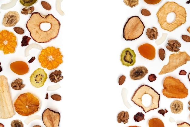 Composizione di gustosa frutta secca e noci