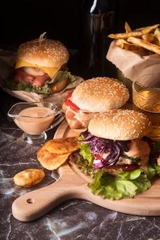 Composizione di gustosi hamburger