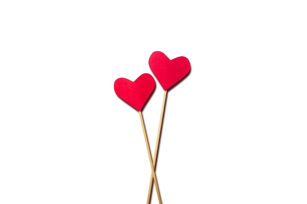 作曲バレンタインデー。白い背景の上の棒の上の心。バナー。フラットレイ、上面図。