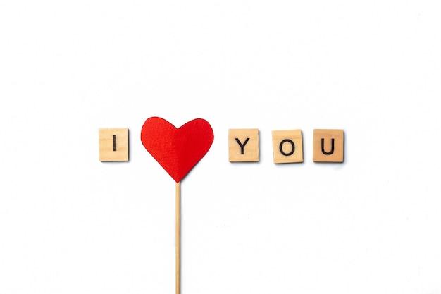 作曲バレンタインデー。スティックのハートとピンクの背景に木製のプラークからのテキスト。バナー。フラットレイ、上面図。