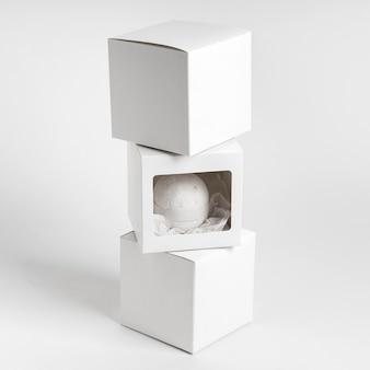 Composizione di bomba da bagno bianca con scatole