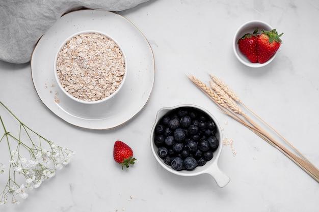 Composizione del tavolo bianco con delizioso cibo sano