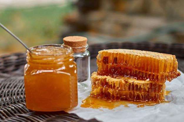 Композиция со стеклянной банкой с медом и сотами