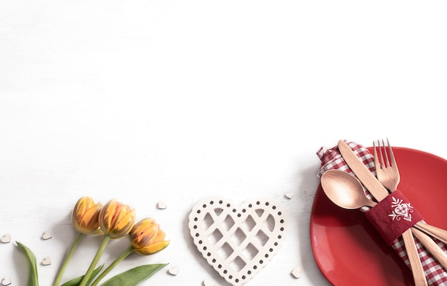 발렌타인 데이를위한 낭만적 인 저녁 식사를위한 접시와 칼 붙이 구성. 데이트 개념.