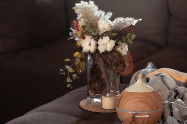 アロマオイルディフューザーランプと装飾のディテールを備えた構成。アロマテラピーとヘルスケアのコンセプト。