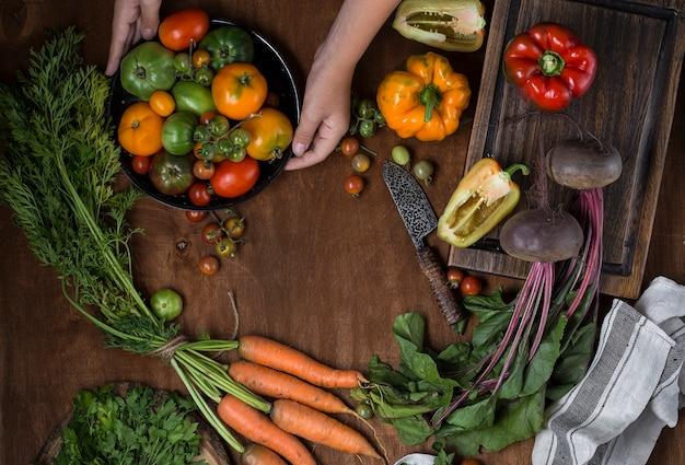 生の新鮮な有機野菜の盛り合わせとの構成