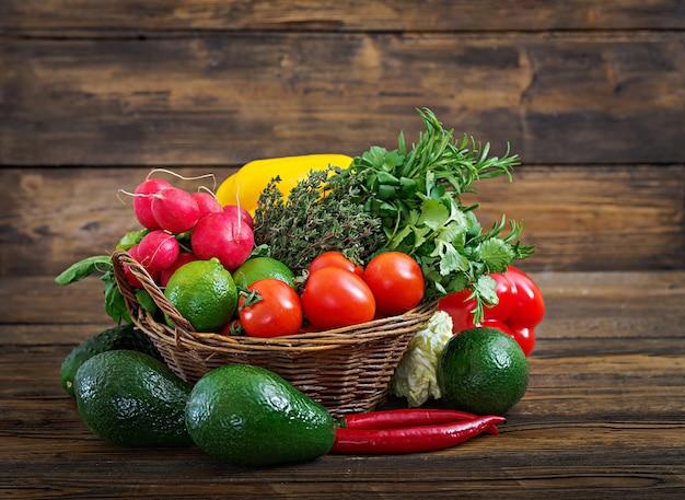 生の有機野菜や果物の盛り合わせと組成。デトックスダイエット