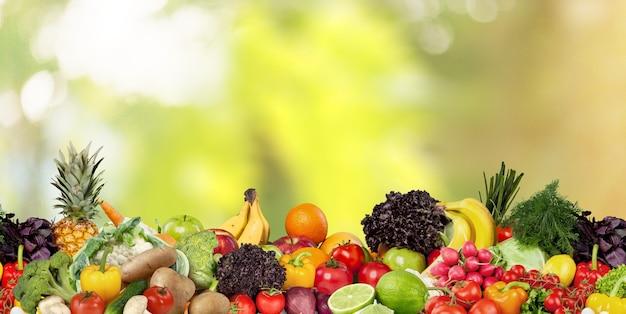 Композиция с ассорти из сырых органических овощей и фруктов