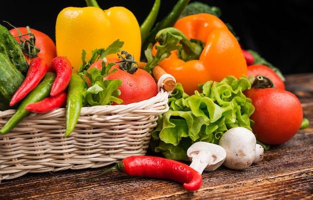 Композиция с ассорти из сырых органических овощей. детокс диета