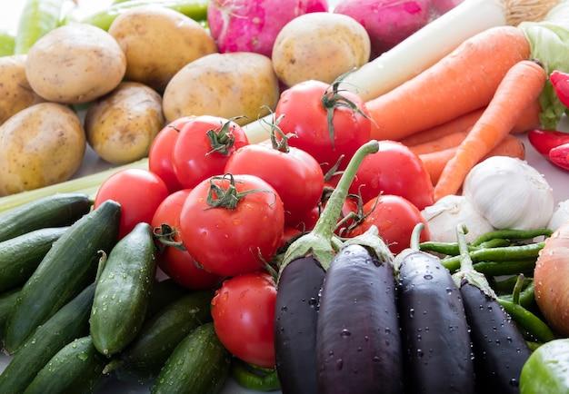 Композиция с ассорти из сырых органических овощей