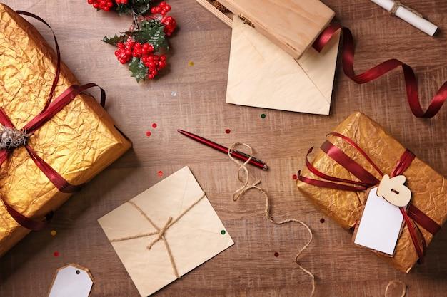나무 배경에 아름다운 크리스마스 선물 상자가 있는 구성