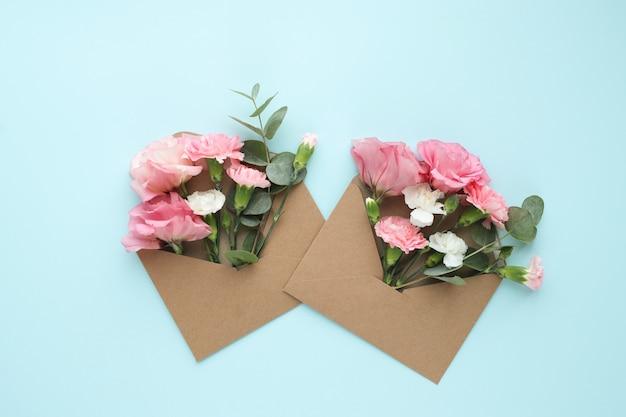 아름다운 꽃과 봉투로 구성