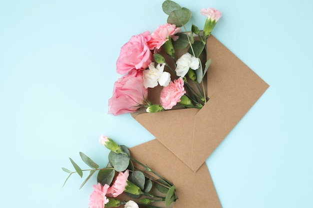 Композиция с красивыми цветами и конвертами
