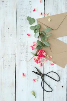 美しい花と封筒のコンポジション