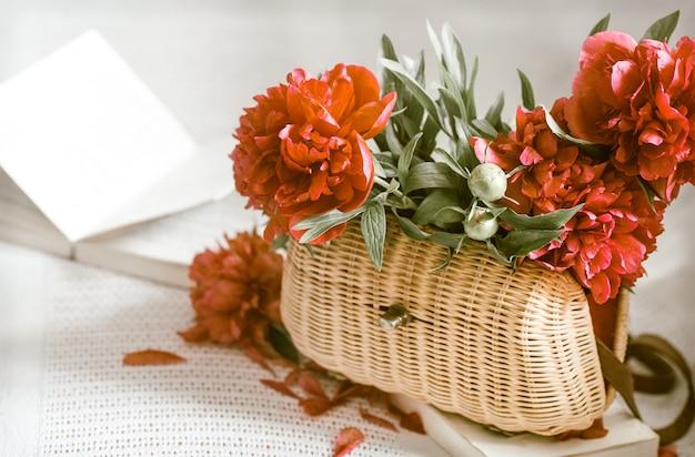 Композиция с красивыми живыми цветами