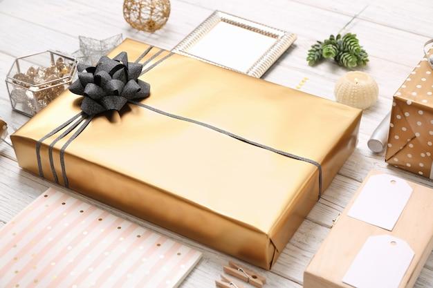 나무 배경에 아름다운 선물 상자와 장식이 있는 구성