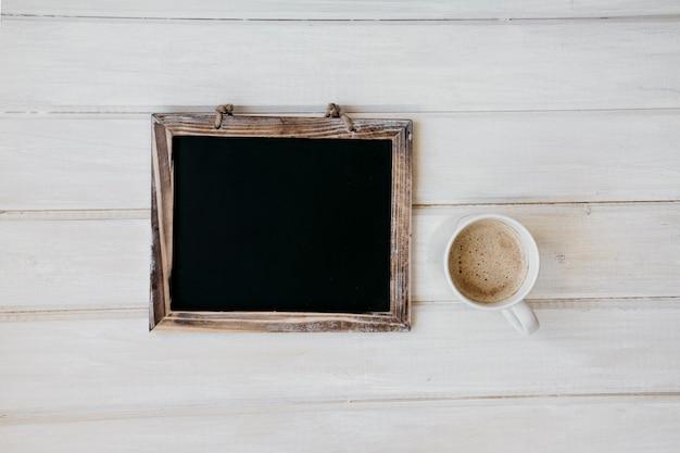 칠판과 커피 잔으로 구성
