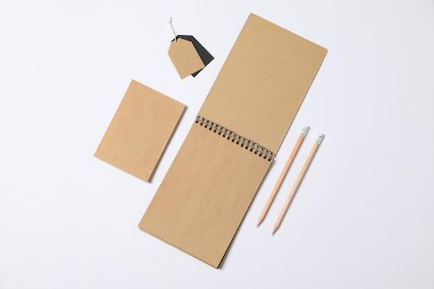 白い背景と、テキスト用のスペースに空白のひな形のコンポジション