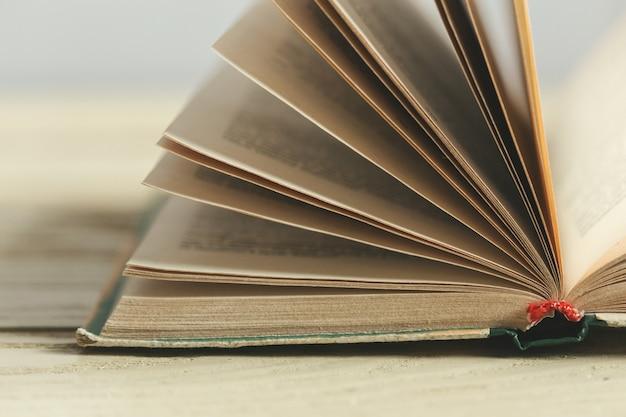 テーブルの上の本の構成