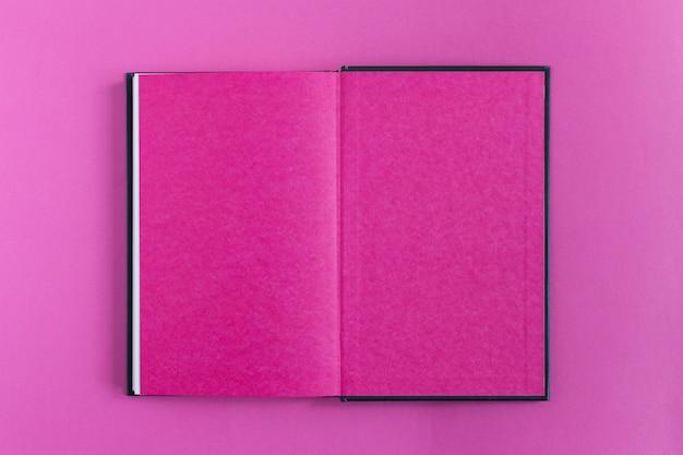 テーブルの上の本で構成