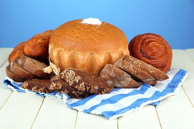 빵, 롤, 파랑에 나무 테이블에 냅킨으로 구성
