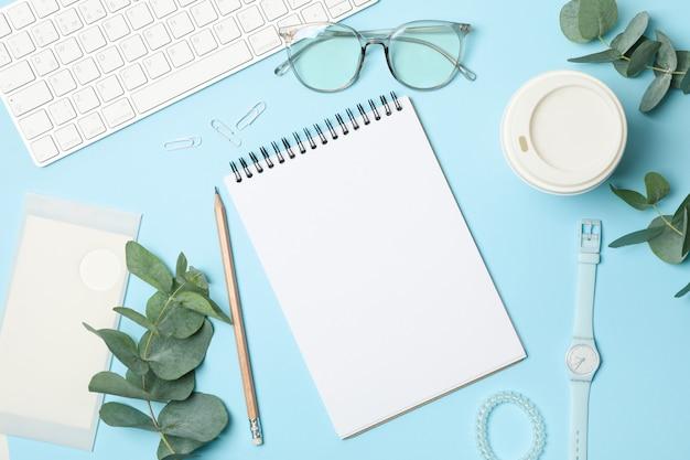 青のビジネスアクセサリーと組成物。 bloggerワークスペース