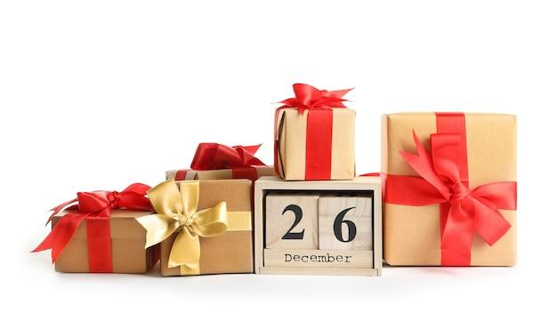 Композиция с календарем и множеством подарочных коробок, изолированные на белом
