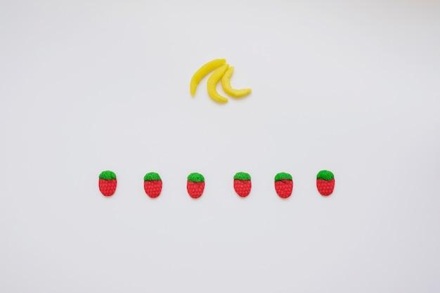 Состав с конфетными бананами и клубникой