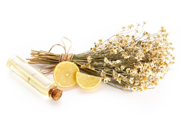 Композиция с цветками ромашки и домашним косметическим эфирным маслом