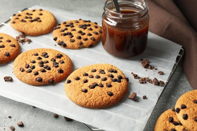 Композиция с печеньем и карамелью на сером столе