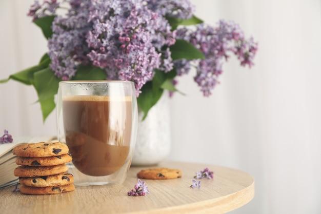 초콜릿 칩 쿠키, 코코아, 라일락 나무 테이블에 구성