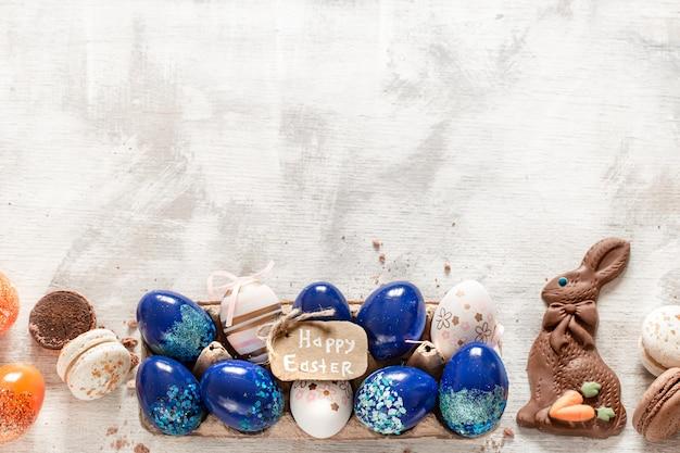 Композиция с шоколадным пасхальным зайцем и яйцами.