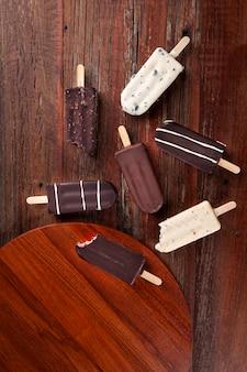 나무 배경에 초콜릿 아이스가 있는 구성. 평면도