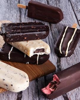 Композиция с шоколадным фруктовым мороженым на деревянных фоне. вид сверху