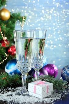 クリスマスの飾りとシャイニーブルーのシャンパングラス2杯のコンポジション