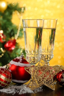 Композиция с елочными украшениями и двумя бокалами для шампанского,