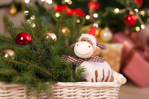 バスケットのクリスマスの装飾、木の床のモミの木との構成