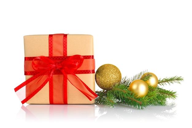 白い背景の上のクリスマスギフトボックスとの構成