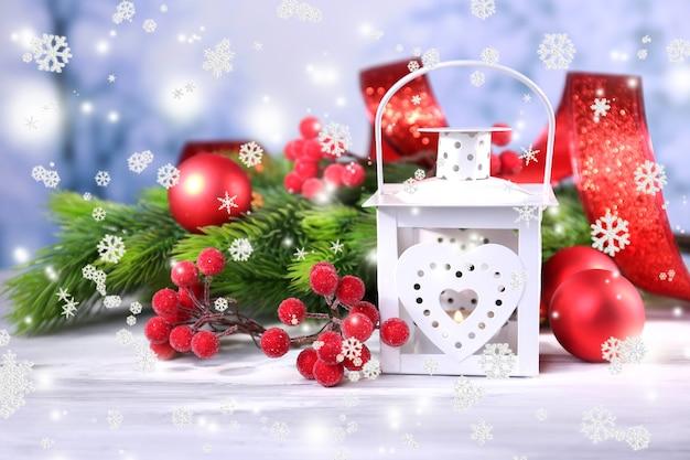 クリスマスのランタン、モミの木、明るい背景の装飾との構成