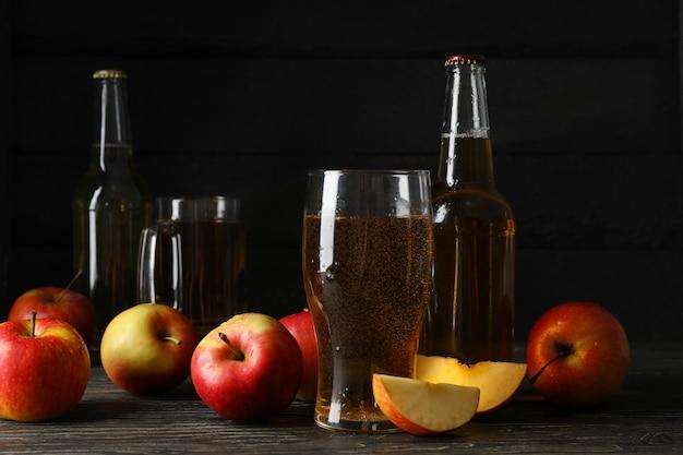 サイダーとリンゴの木製のテーブルの構成