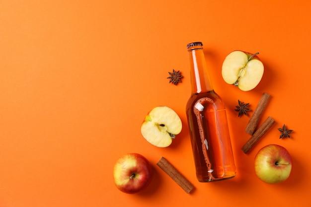 サイダー、リンゴ、シナモンのコンポジション
