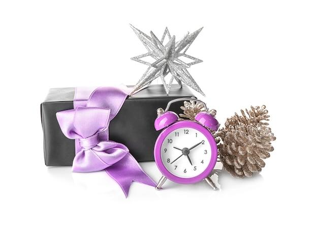 時計とお祭りの装飾が施された構成。クリスマスのカウントダウンの概念