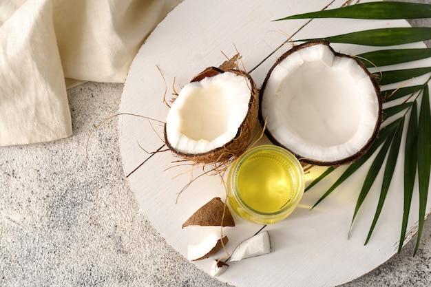 테이블에 코코넛 오일이 있는 구성