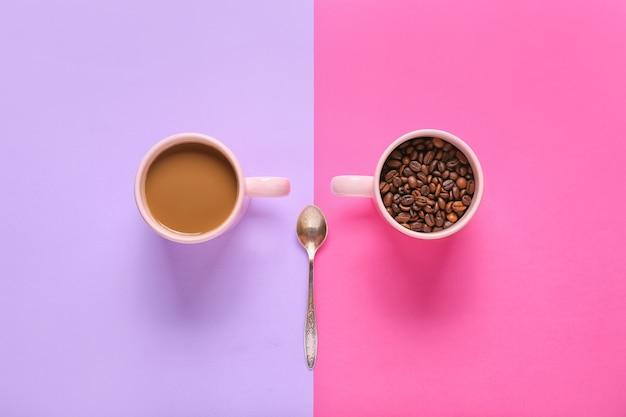 色の背景にコーヒーと豆の組成物
