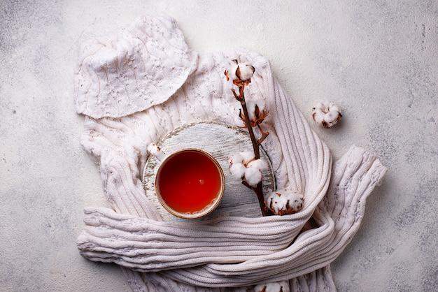 木の枝とお茶のコンポジション